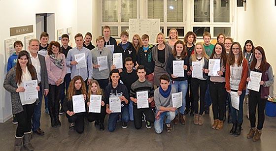 """Einen Teilnehmerrekord verzeichnete der Workshop """"MINT - Die Stars von morgen"""" im Chemikum Marburg. Am Ende erhielten alle eine Auszeichnung. Foto Provadis"""