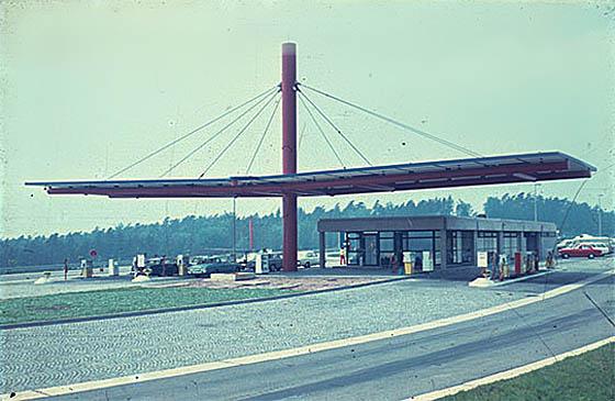 Die Autobahnraststätte Großenmoor wurde im Marburger Bausystem errichtet. Foto und © Spieker-Langenberg