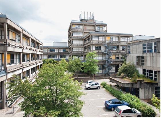 Die Chemischen Institute auf den Lahnbergen sind im Marburger Bausystem errichtet worden. Sie stehen seit 2013 unter Denkmalschutz und harren einer zukünftigen Nutzung. Foto aus Denkmaltopographie Marburg.