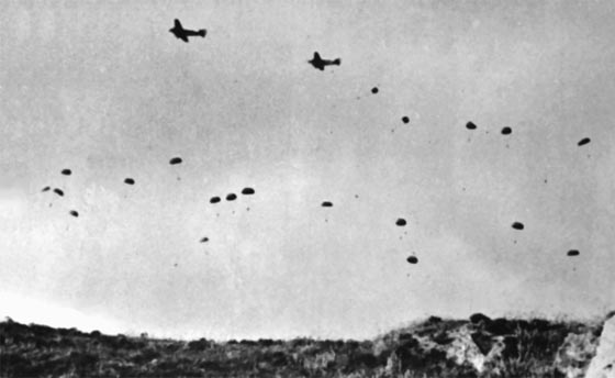 The Battle of Crete, 20 - 31 May 1941. German paratroopers jumping from Junkers Ju 52 3/m transport planes over Crete. Foto Wikipedia