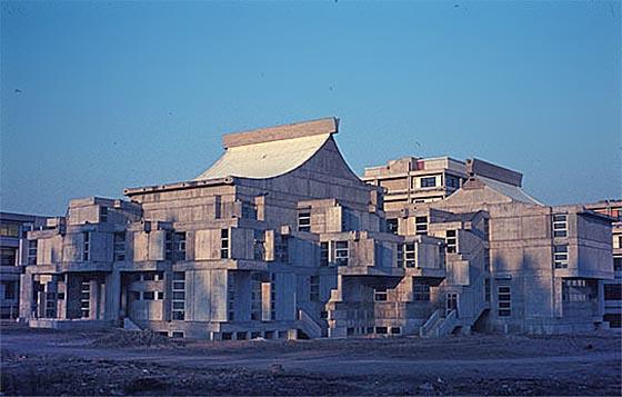 Das Hörsaalgebäude auf den Lahnbergen kurz nach seiner Fertigstellung. Foto und © Spieker/Langenberg