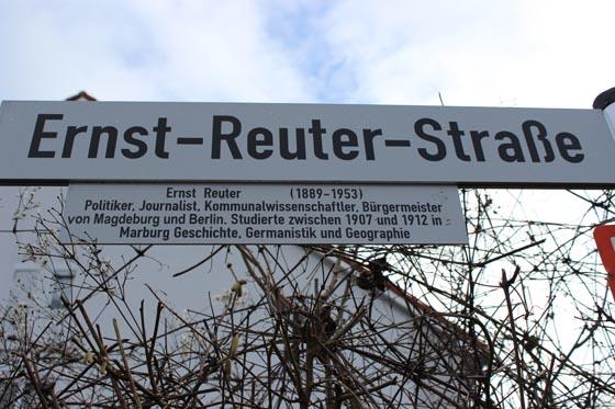 Nach Initiative von J. Linn erhielt die Ernst-Reuter-Straße eine den Namen erläuternde Infotafel.