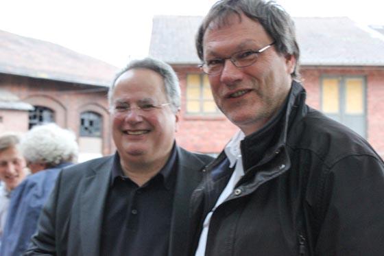 Der griechische Außenminister Nikolaos Kotzias beim Besuch in Marburg am 31. Mai 2015 lacht zusammen mit Johannes Linn in die Kamera.
