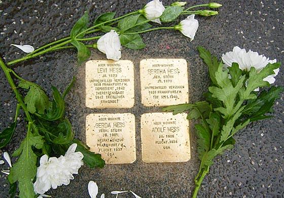 Diese Stolpersteine erinnern an die jüdische Familie Hess in Wehrda, die in der Zeit Nazidiktatur aus Wehrda vertrieben wurde.