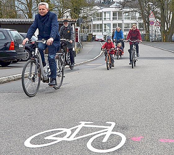 Erste gut gelaunte Benutzer der Fahrradstraße. Foto Philipp Höhn