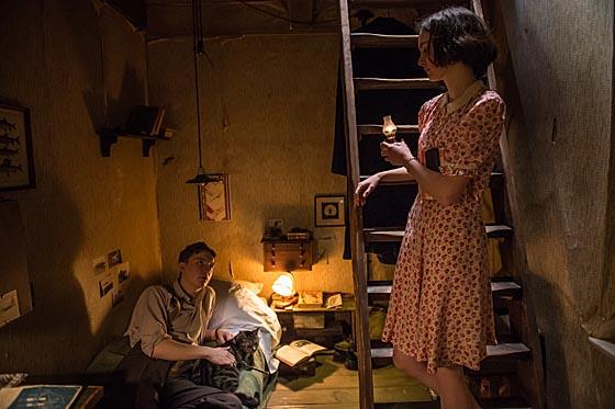 Anne Frank (Lea van Acken) kommt auf dem Weg zum Tagebuch schreiben bei Peter (Leonard Carow) und seiner Katze vorbei. © 2015 Zeitsprung Pictures, AVE & Universal Pictures Productions