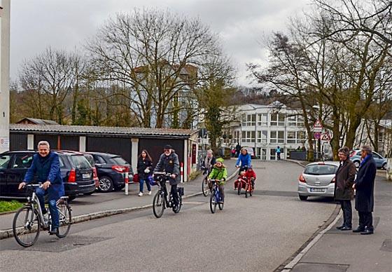 Oberbürgermeister Dr. Thomas Spies, rechts, und Bürgermeister Dr. Franz Kahle begrüßten gemeinsam die ersten BürgerInnen auf Marburgs erster Fahrradstraße. Foto Philipp Höhn