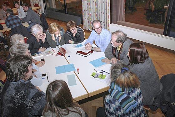 In Arbeitsgruppen tauschten sich die Teilnehmenden intensiv über Erfahrungen und Wünsche aus. Foto Heiko Krause