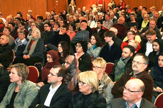Ein voll besetzter Saal zeigte das Interesse am Thema, Moscheebau in Marburg. Foto Heiko Krause