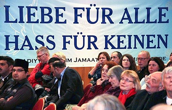 """Im Bürgerhaus Cappel zeigte ein Transparent das Motto der """"Ahmadiyya Muslim Jamaat"""". Foto Heiko Krause"""