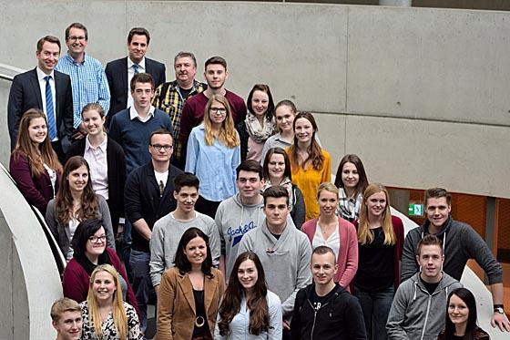 Auszubildende der Kaufmännischen Schulen Marburg mit Vertretern von B. Braun Melsungen während ihres Praxistages. Foto nn