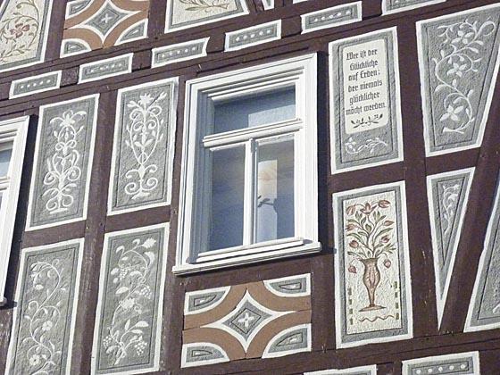 Fachwerkfassade mit Kratzputz am Schartenhof in Eckelshausen. foto Ursula Wöll.