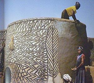 Kratzputz an einem Bauwerk in Ghana. Foto nn