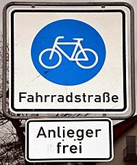 """Das Schild """"Fahrradstraße"""" weist auf den Vorrang von Fahrrädern gegenüber motorisiertem Verkehr hin. Fahrräder dürfen hier auch parallel fortbewegt werden. Autos haben auf die Geschwindigkeit der Fahrräder Rücksicht zu nehmen. Foto Philipp Höhn"""