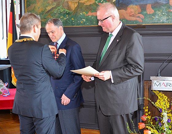 Oberbürgermeister Dr. Thomas Spies heftete dem Preisträger Professor Dr. Wilhelm Solms das Bundesverdienstkreuz an. Staatsminister Dr. Thomas Schäfer hatte zuvor die Verleihungsurkunde verlesen. Foto Philipp Höhn