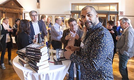 Das Signieren ist des Autors Pflicht – und sei es in einer Anthologie. Sternbald-Foto Hartwig Bambey