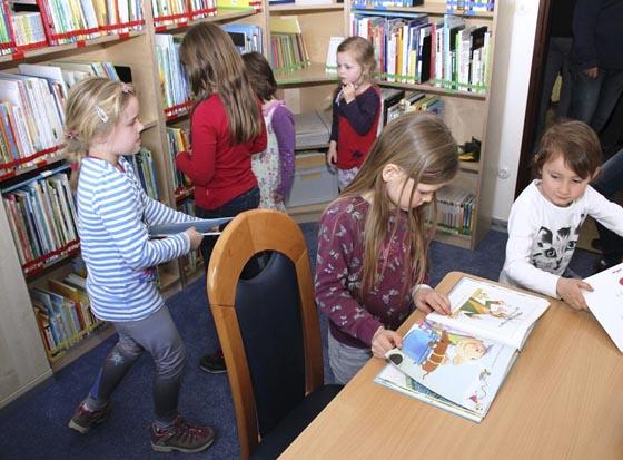 Gleich nach der Eröffnung nahmen die Kinder ihre Bücherei in Beschlag. Foto Heiko Krause