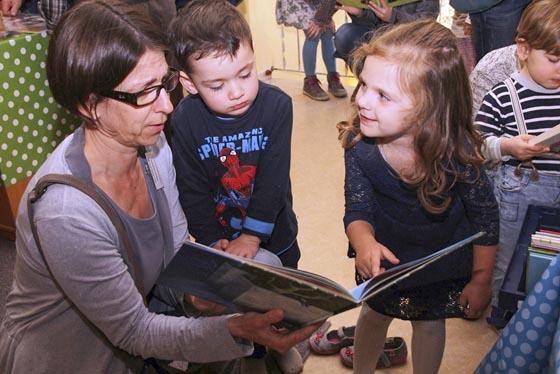 Stefanie Lambrecht, Fachdienstleiterin der Kinderbetreuung, überzeugte sich zusammen mit den kleinen Eric und Lara von der Qualität, der zur Verfügung stehenden Bücher. Foto Heiko Krause
