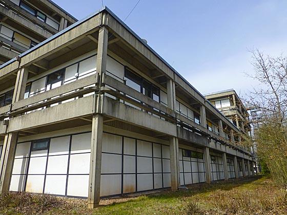 """Längsfront am Gebäudekomplex alte Chemie, an der die charakteristische """"Tischbauweise"""" des Marburger Bausystems sichtbar wird. Sternbald-Foto Hartwig Bambey"""