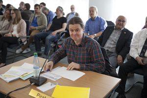 Am Einzeltisch in der Stadtverordentenversammlung PIRAT Dr. Michael Weber. Sternbald-Foto Hartwig Bambey