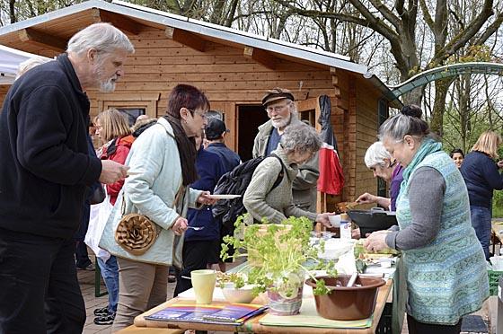 Natürlich war auch für das leibliche Wohl der Gäste beim Frühlingsfest der Richtsberggärten gesorgt. Foto Nadja Schwarzwäller