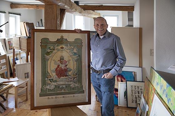 Ein Mensch inmitten von Zeugnissen seiner Leidenschaft. Sammler und Aussteller Hans Gottlob Rühle. Sternbald-Foto Hartwig Bambey