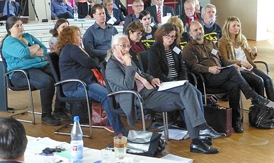Die Abgeordneten von GRÜNEN, LINKE und der PIRAT verweigern die Sitzordnung und rückten mit ihren Stühlen demonstrativ ganz nach vorne im Sitzungssaal. Sternbald-Foto Hartwig Bambey