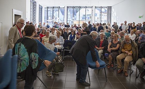 Stühle holen und nachstellen war am Eröffnungsabend für viele Gäste angesagt, um im Sitzen dabei sein zu können. Sternbald-Foto Hartwig Bambey