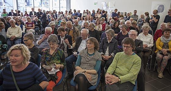 Lokale Kunstpräsentation in Marburg als Publikumsrenner. Sternbald-Foto Hartwig Bambey