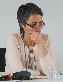 Ratlos, desorientiert oder schlecht beraten? Landräting Kirtsen Fründt bei der konstiuierenden Kreistagssizung am 20. Mai 2016 in Marburg. Sternbald-Foto Hartwig Bambey