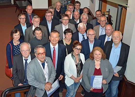 Im Rathaus verabschiedete OB Spies vier ehemalige Ortsvorsteher und ernannte 25 neue und wiedergewählte Ortsvorsteherinnen und Ortsvorsteher zu Ehrenbeamtinnen und Ehrenbeamten. Foto Philipp Höhn