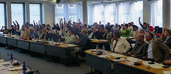Abstimmung der Marburger Stadtverordnetenversammlung zur Untersützung der 'Barcelona Erklärung', in der gegen die Freihandelsabkommen TTIP und CETA votiert wird. Sternbald-Foto Hartwig Bambey
