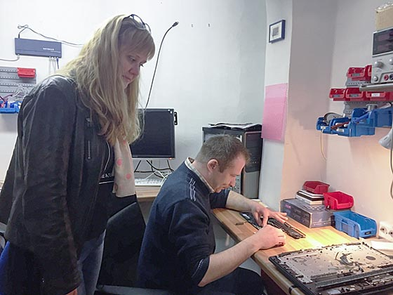 """Praktikumsbesuch in einer Marburger Firma, die PCs repariert. """"Bei diesem Teilnehmer kommt beispielsweise auch eine Anerkennung der Diplome aus Polen in Frage, um bessere Chancen zu haben"""", sagt Kristina Wall. Foto nn"""