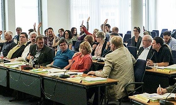 Bei den SPD-Abgeordneten kamen keine Gegenstimmen zum Abwahlantrag - aber vielsagende Geischter. Sternbald-Foto Hartwig Bambey