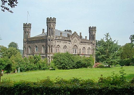 Gesamtansicht von Schloss Friedelhausen. Foto Angus Fowler