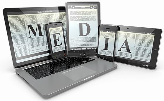 Smartphones, Tablets und Laptop zeigen Textdokumente