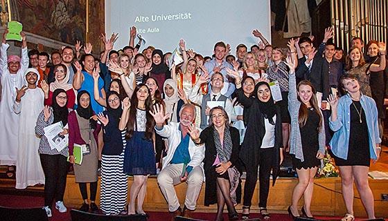Vier Wochen, über 60 Studierende aus 20 Ländern und eine Universität: In der Alten Aula der Philipps-Universität fand jetzt der feierliche Abschluss der ISU 2016 statt. Dabei waren auch die wissenschaftlichen Koordinierenden PD Johannes Becker (Mitte) und Dr. Leslie Tramontini (M.). Foto nn