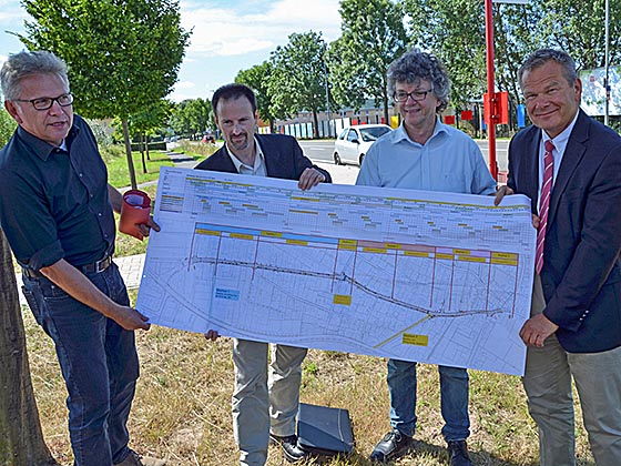 Baudirektor Jürgen Rausch, links, Thomas Engelbach, Bürgermeister Dr. Franz Kahle und Oberbürgermeister Dr. Thomas Spies freuen sich über die Planung, die ab September gebaute Wirklichkeit in Cappel werden soll. Foto Philipp Höhn.