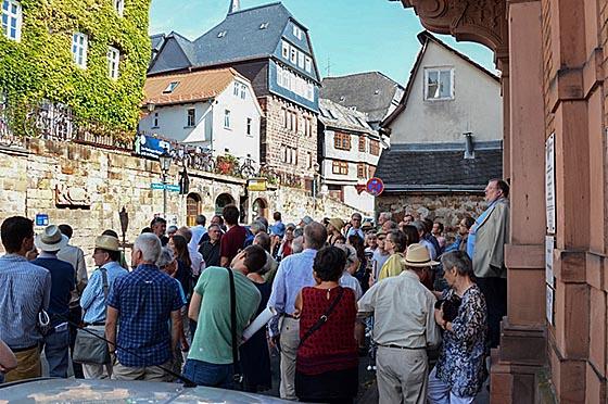Ulrich Klein vom Institut für Bauforschung und Dokumentation informierte bis zurück ins 12. Jahrhundert über die Geschichte der Marburger Stadtbefestigung. Foto Nadja Schwarzwäller