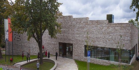 Für einen Besuch der neuen GRIMMWELT Kassel gibt es viele Gründe und Anreize, aktuell lohnt zusätzlich die Sonderausstellung »Aufs Maul geschaut. Luther und Grimm wortwörtlich«. Besucher erleben mit der GRIMMWELT Kassel zugleich eine beeindruckende Architektur im Inneren, wie von außen. Dem Gebäude in herausragender Lage am Weinberg kann man zudem auf´s Dachsteigen und ein treffliches Panorama von Kassel genießen. Sternbald-Foto Hartwig Bambey