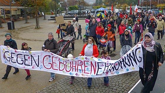 Am Elisabeth-Blochmmann-Platz startete die Demonstration gegen die Gebührenerhöhung am Samstagnachmittag. Sternbald-Foto Hartwig Bambey