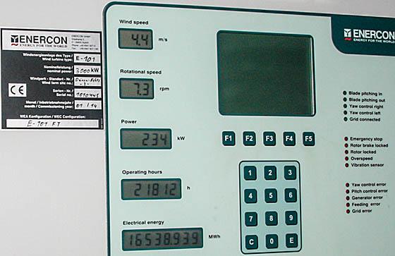 Echtzeit- Betriebsparameter auf der Anzeigetafel in einer Enercon E-101-FT, Nennleistung 3000 KW.