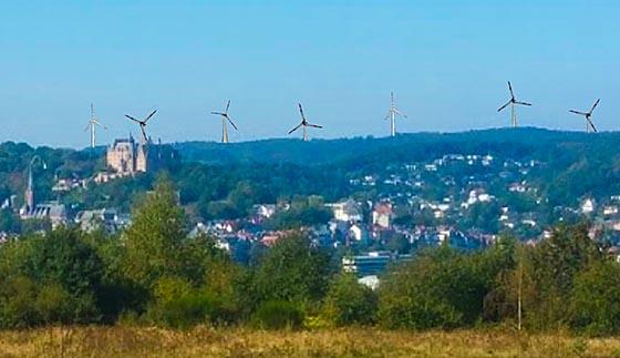 So könnte der Blick vom Hansenhaus links aussehen, wenn Großwindräder auf der Fläche 3128 Görzhausen/Vogelherd stehen.