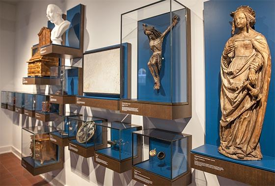 Eine kunstvolle Statue der Heiligen Elisabeth, rechts, steht zusammen mit der Darstellung anderer Persönlichkeiten für Epochen Hessischer Landesgeschichte. Sternbald-Foto Hartwig Bambey
