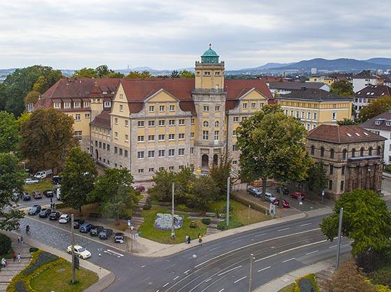 Am Brüder-Grimm-Platz in Kassel, wo die Wilhelmshöher Allee beginnt, findet sich das Hessische Landesmuseum Kassel, aufnahme vom Sommer 2016. Sternbald-Foto Hartwig Bambey