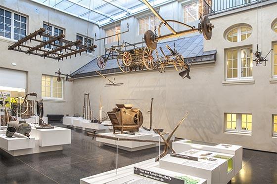 In einem der beiden überdachten Innenhöfe finden sich landwirtschaftliche Gerätschaften ausgestellt, mit denen die fortschreitende Mechanisierung der Landwirtschaft ab dem 19. Jahrhundert anschualich wird. Sternbald-Foto Hartwig Bambey