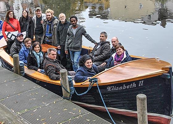 """Mitarbeiter/innen der Bootswerft auf dem Lahnschiff """"Elisabeth II"""". Foto nn"""