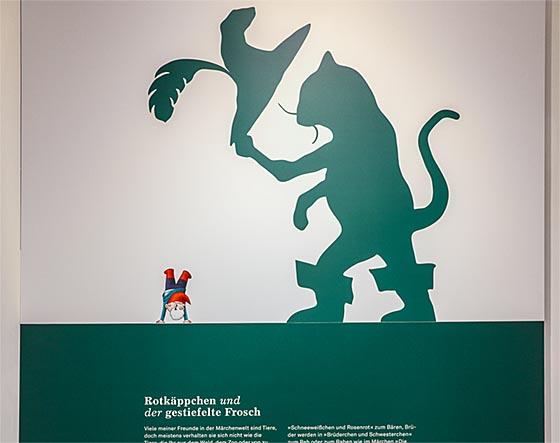 """Um Menschen und Tiere und ihre Beziehungen geht es im ersten Bereich der Sonderausstellung """"Der 8. Zwerg"""" in der GRIMMWELTZKassel. Sternbald-Foto Hartwig Bambey"""