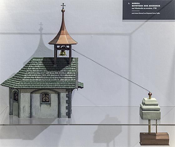 Ein Seilzug aus dem Sarg hin zur Glocke der Friedhofskapelle – ein Modell aus der Ausstellung >Vita Dubia< im Museum für Sepulkralkultur in Kassel. Sternbald-Foto Hartwig Bambey