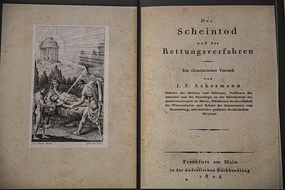Zahlreiche Bücher wurden zum Thema Scheintod veröffentlicht und finden sich in Faksimile-darstellung in der Sonderausstellung. Sternbald-Foto Hartwig Bambey